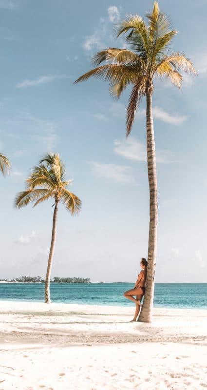 Frau am Strand mit Palme